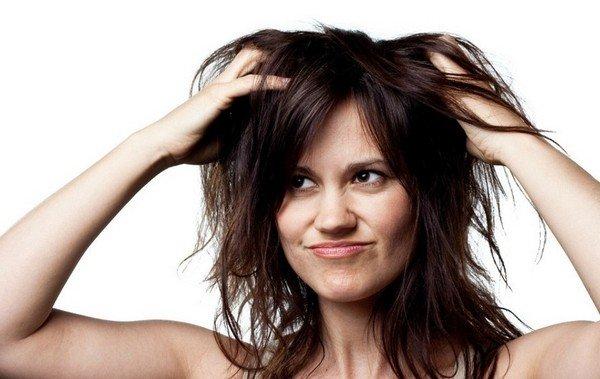 Во время месячных красить волосы