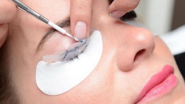 mozhno-li-krasit-laminirovannye-resnicy-dekorativnoj-kosmetikoj2